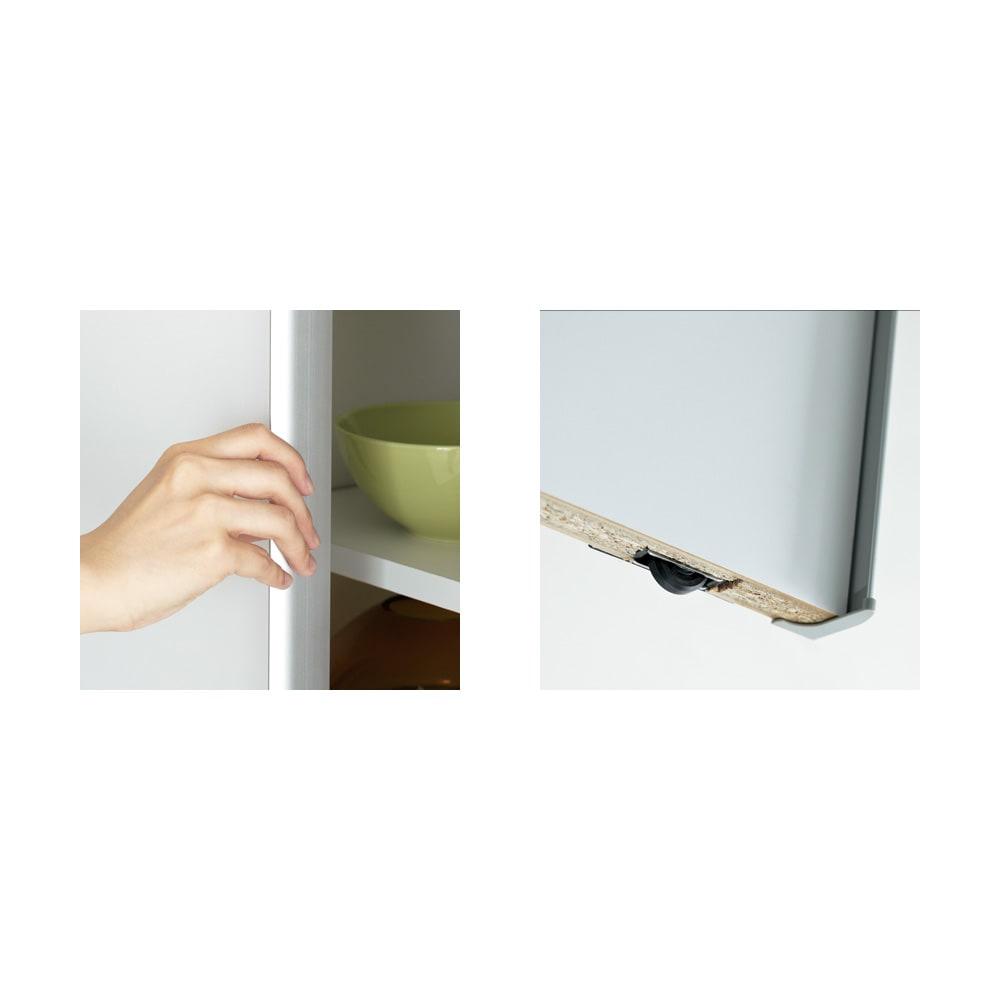 マンションの梁にも対応引き戸式壁面収納本棚 高さオーダー対応突っ張り上置き(1cm単位) 高さ26~90cm・奥行25幅75cm [写真左]スタイリッシュな印象のアルミ製手掛け。[写真右]引き戸はローラー仕様で開閉ラクラク。