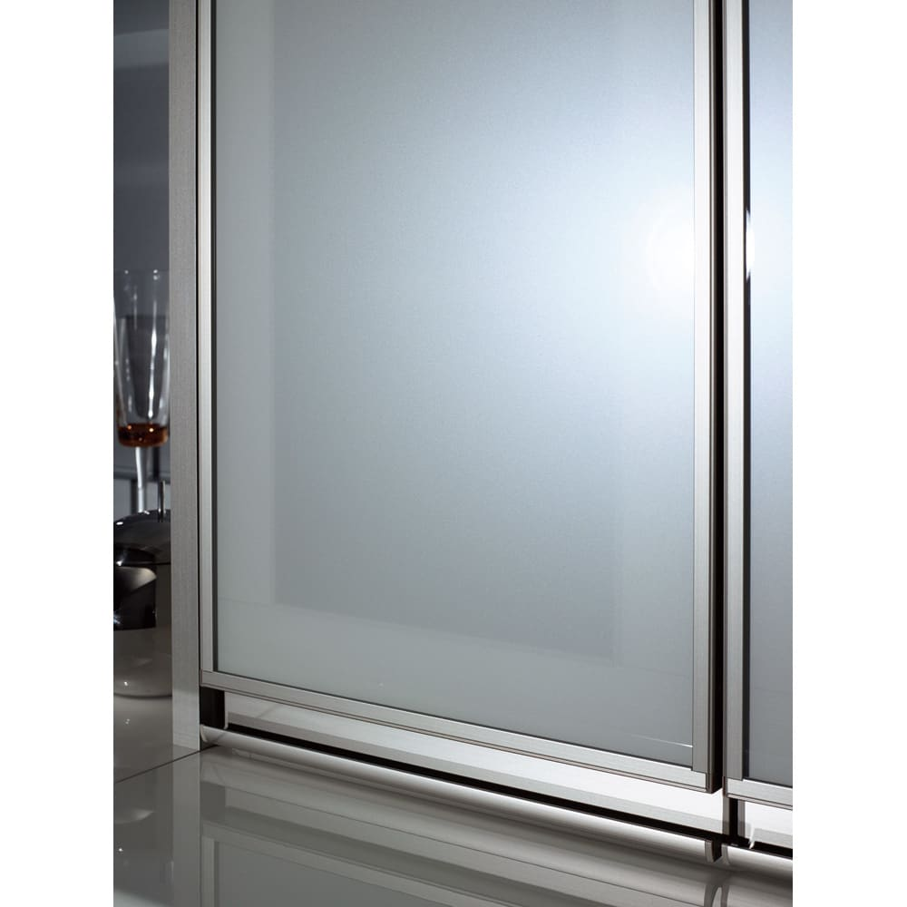 モダンキッチン 幅120奥行50高さ214cm 上部ガラスは万一割れた際にも破片が飛び散るのを抑える飛散防止フィルムが貼ってあるので安心・安全です。