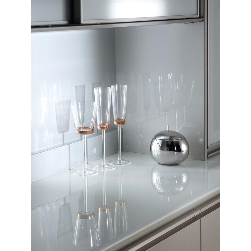 モダンキッチン食器棚 幅80奥行50高さ203cm 上部ガラスは万一割れた際にも破片が飛び散るのを抑える飛散防止フィルムが貼ってあるので安心・安全です。