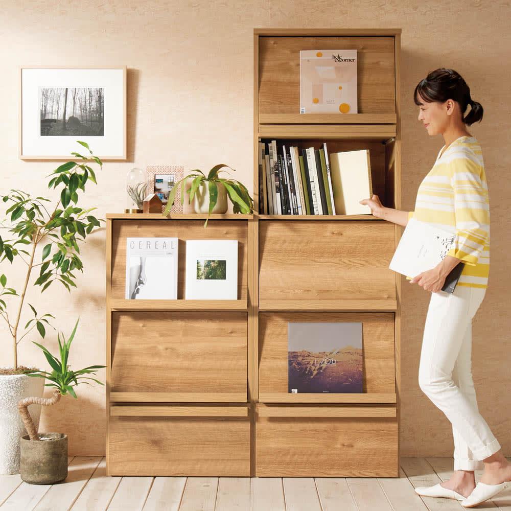 天然木調ディスプレイブックシェルフ 幅90cm コーディネート例(ア)ブラウン ※写真のモデル身長164cm
