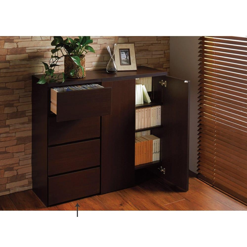 1cmピッチ&段違いで使える ハーフ棚板たっぷりリビング収納庫 チェスト 可動棚板を調節すれば、書棚(本棚)としても すき間なく収納できます。 ※写真は(左)チェスト、(右)収納庫幅59です。