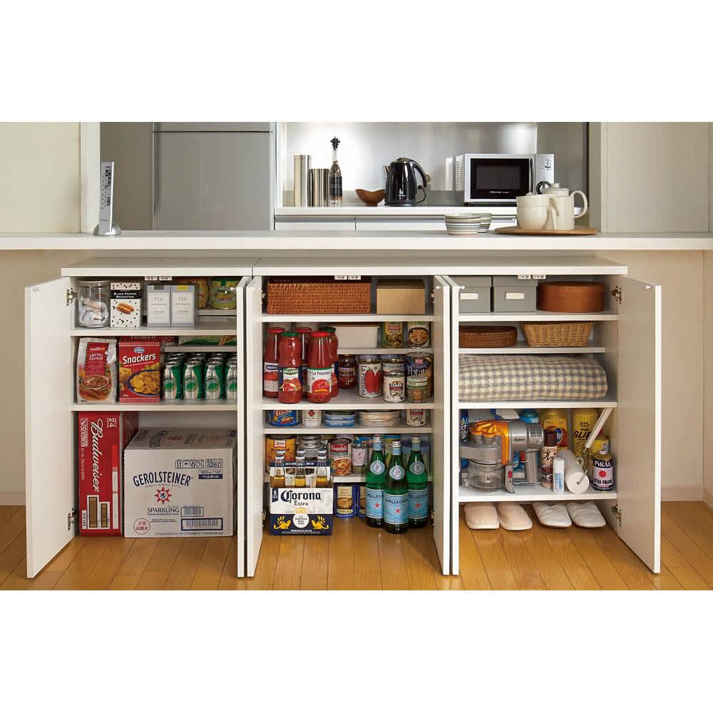 1cmピッチ&段違いで使える ハーフ棚板たっぷり収納庫 幅88cm 前後を段違いで使えるハーフ棚板は高さの異なるものを効率よく収納できます。食器から食品までびっしり収納。