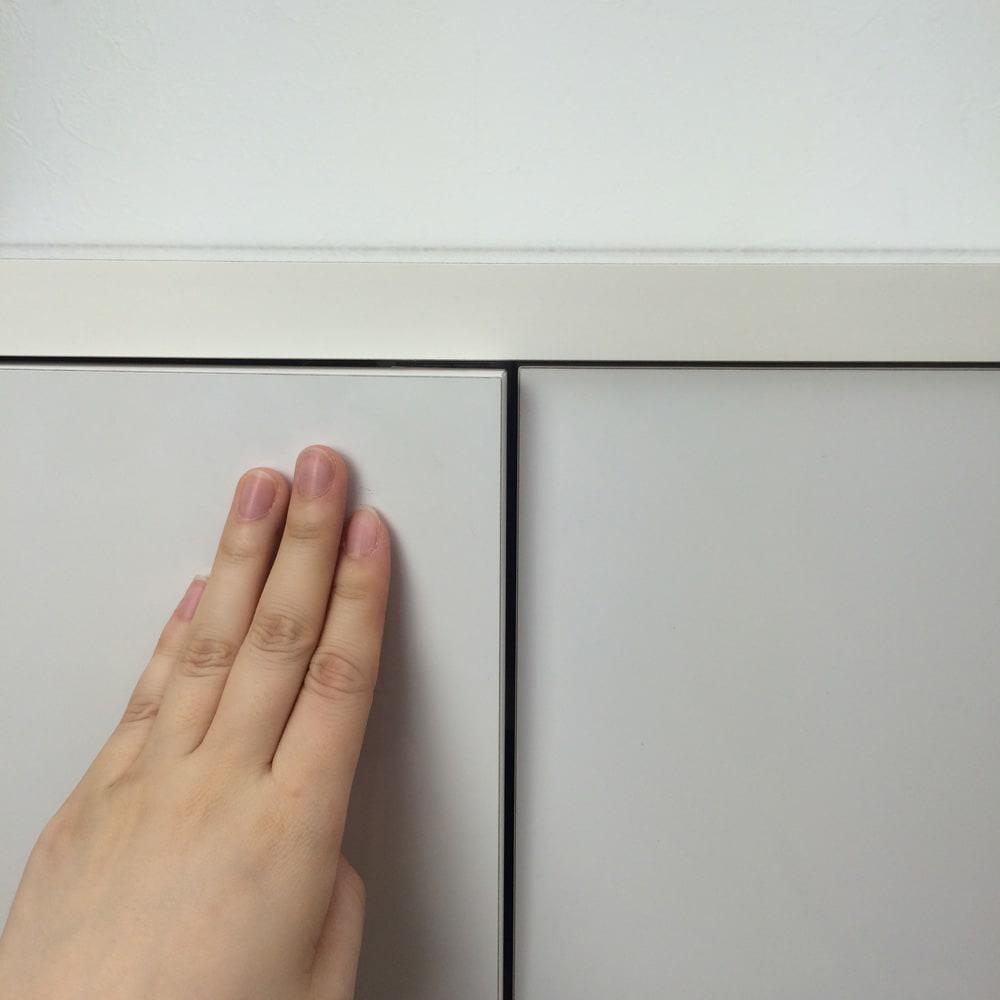 1cmピッチ&段違いで使えるハーフ棚板たっぷり収納庫 幅59高さ70cm 扉はプッシュ式。取っ手がなく、すっきりとしたデザインが魅力。