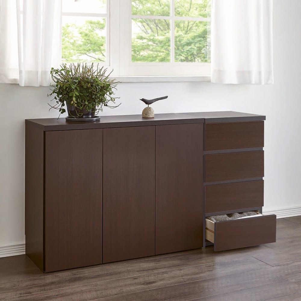1cmピッチ&段違いで使えるハーフ棚板たっぷり収納庫 幅88高さ70cm コーディネート例(イ)ダークブラウン 窓下に置いてもリビングにすっきりと映えます。