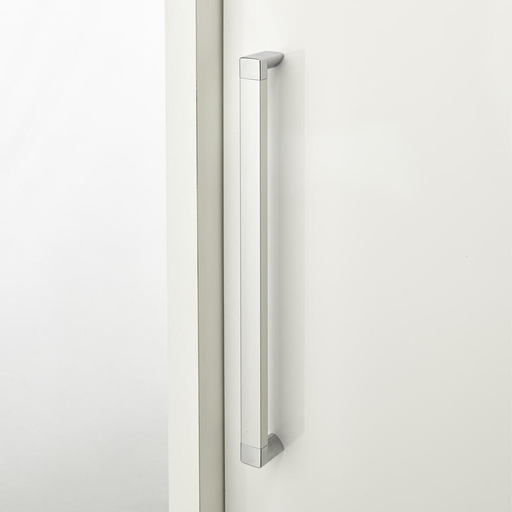 掃除機もしまえる引き戸本棚 幅100cm ミドルタイプ 取っ手はシルバーでスタイリッシュなデザインです。