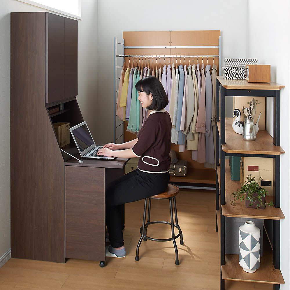 天然木調プリンター収納ライティングデスクシリーズ ロータイプ・幅80.5cm コーディネート例(ア)ダークブラウン ※写真はハイタイプです。