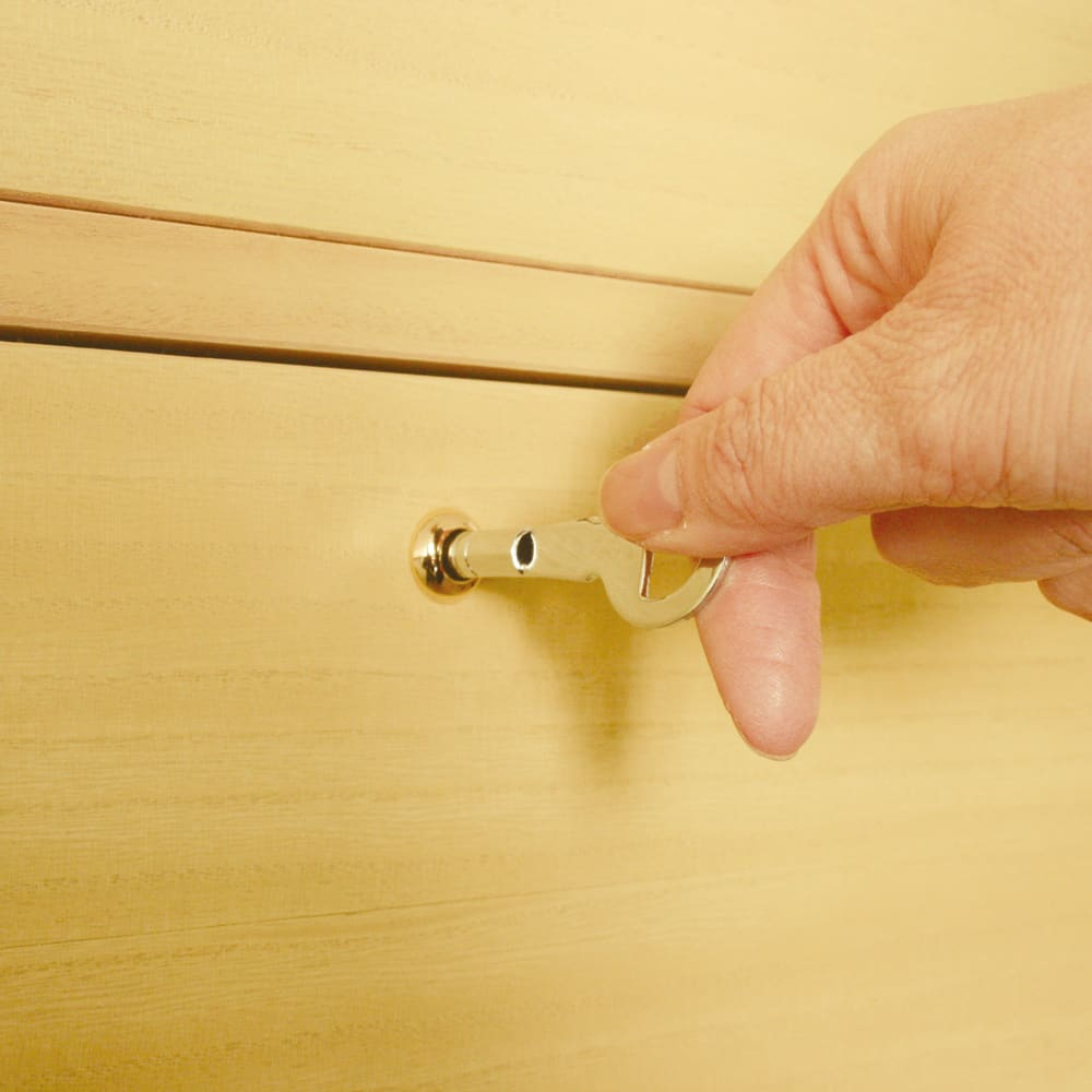 彩羽 総桐盆付き衣装箪笥 大引出は全段鍵付。大切なものをしっかりと守ります。