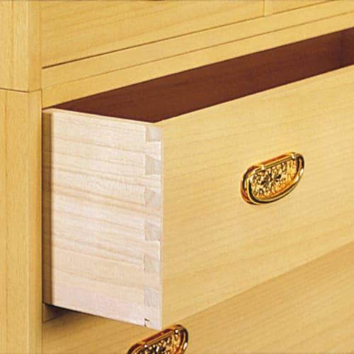 彩羽 総桐盆付き衣装箪笥 引出内部は総桐仕様。衣類をほこりや湿気から守ります。