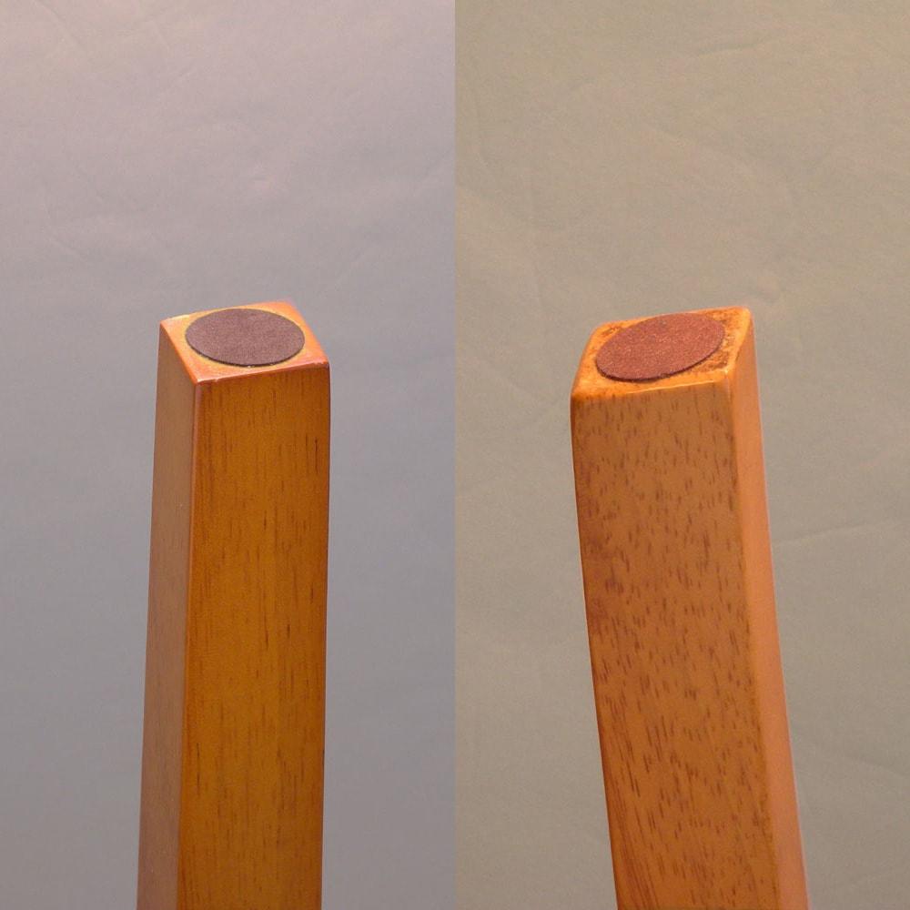 バタフライ伸長式ダイニング 3点セット(バタフライテーブル幅75~120cm+チェア2脚組) [写真左]テーブル脚裏にはフェルト付き。 [写真右]チェア脚裏にもフェルト付き。