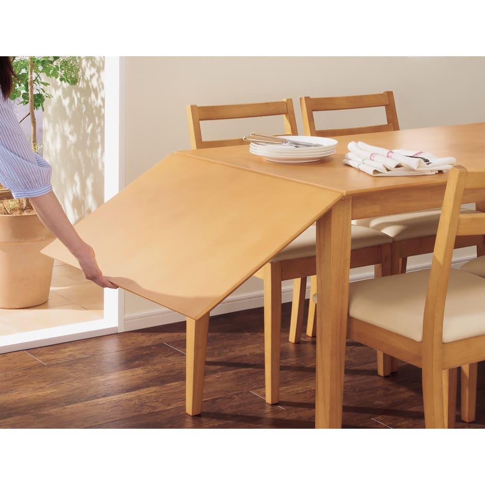 バタフライ伸長式ダイニング 5点セット(バタフライテーブル幅120~165cm+チェア2脚組×2) 天板を持ち上げて脚を引きだして伸長します。