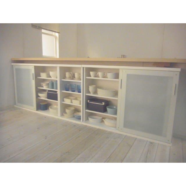 収納物の見やすいガラス戸カウンター下収納庫 ラック 幅44奥行22cm デッドスペースを生かして、食器、グラス、カトラリー、食品等のキッチンアイテムや本、書類までをまとめて収納できます。