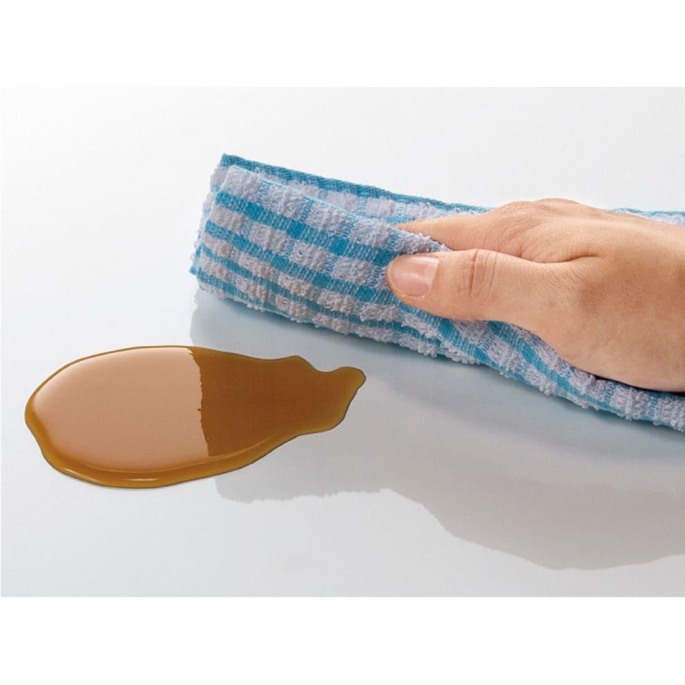 LD兼用ソファダイニング テーブル 天板は、簡単な汚れ・水に配慮したウレタン塗装を施した仕様です。