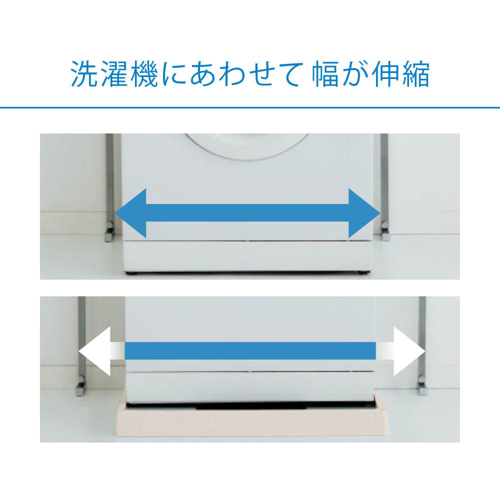 防水パンの段差対応 突っ張りランドリーラック 棚3段 (写真上)幅を狭めて洗濯機にぴったりつけて設置可能。(写真下)幅を広げて防水パンの段差をまたいで設置可能。