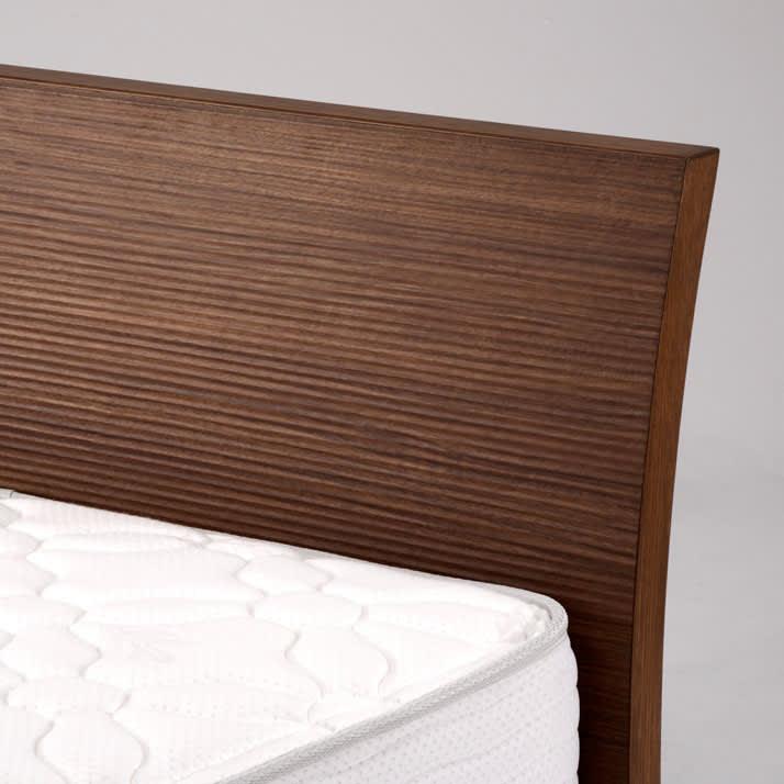 Simmons シモンズ カーブステーションベッド 5.5インチ レギュラーマットレス(RG) 柔らかなカーブが施されたヘッドボードは、表面の凹凸にも特徴があります。