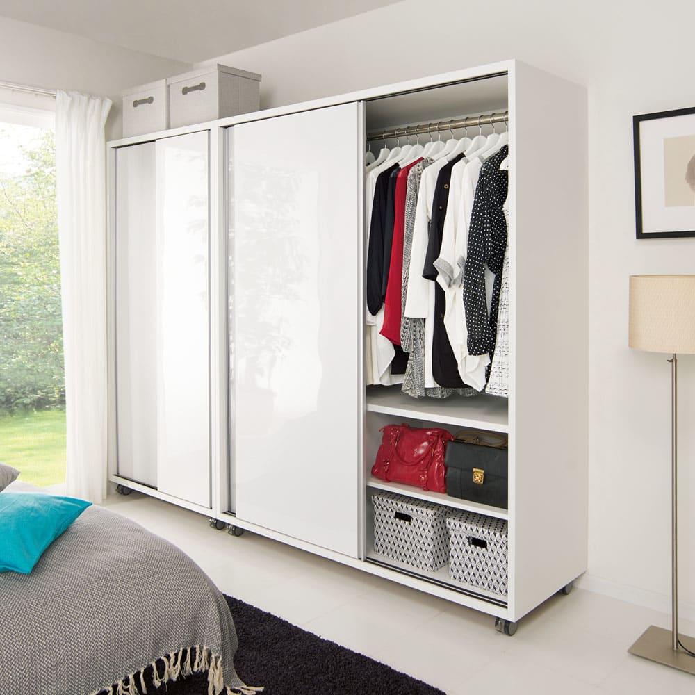 移動らくらく&大量収納 光沢引き戸クローゼット 幅150cm 幅150cmタイプは洋服もバッグもたっぷり収納できます。※商品は左から幅90cm、幅150cmです。お届けは幅150cmタイプになります。
