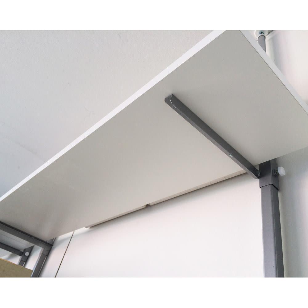 【無段階】棚板可動突っ張り式スペースラック 6段 ラック幅59.5cm 棚板裏様子。スチールバーに固定され安定しています。