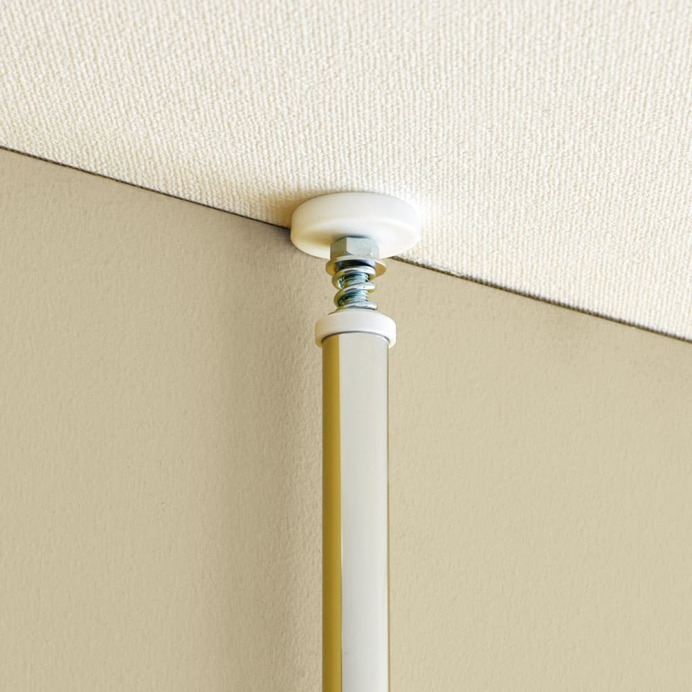 【無段階】棚板可動突っ張り式スペースラック 6段 ラック幅59.5cm 天井突っ張り式でがっちり支えるので、安定度がさらにアップしました。
