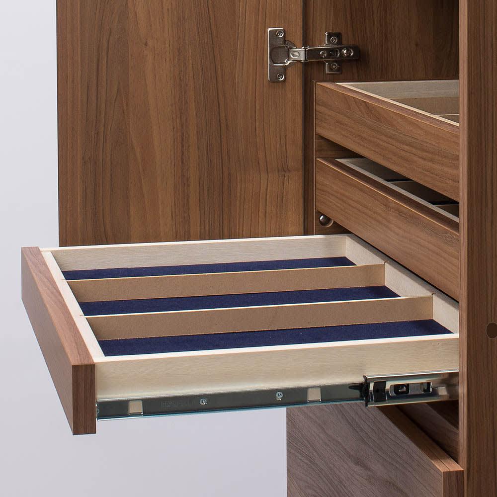トレー収納で小物も整理 ドレスアップ薄型壁面ワードローブ ハンガー&棚 トレー収納はフルスライドレール仕様で全開可能。奥のモノまで出し入れがらくらく。