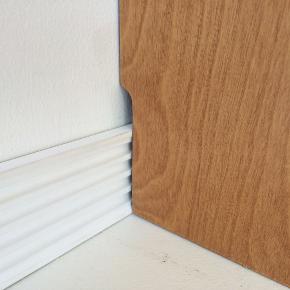 木目が美しいスクエアキャビネット 幅111cm 6枚扉 幅木カット(1×8cm)で壁にぴったり設置できます。