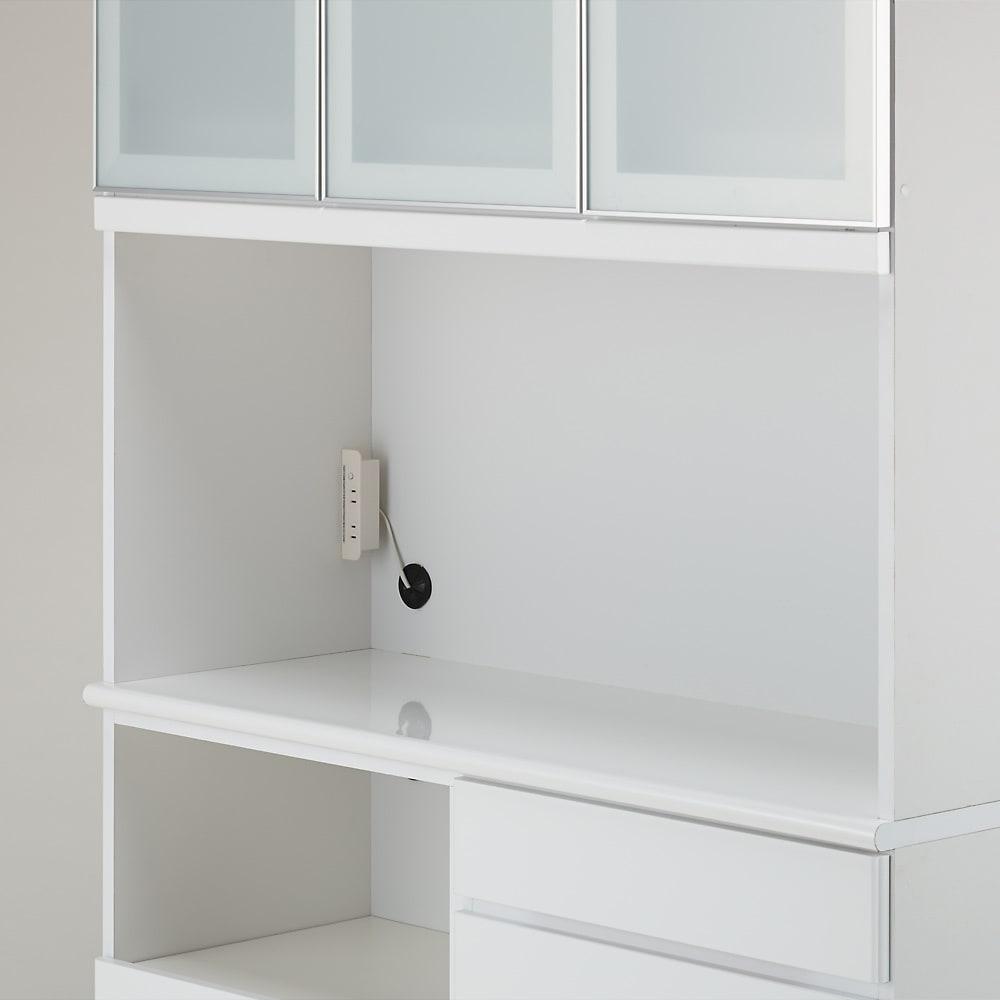 LDK壁面収納(高さ200cm) ダイニングボード ガラス扉 幅121cm 中段のオープン部の背面に熱に強いアルミ化粧板、上面に水や汚れに強いポリエステル化粧合板を使用。2口コンセントも付きで家電使用にとても便利。