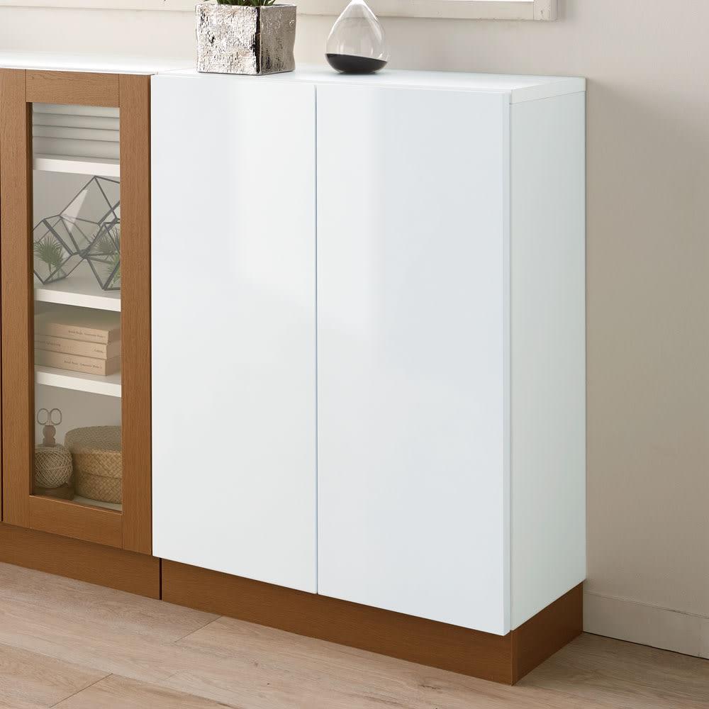 北欧風モダンカウンター下収納庫 板扉 幅60cm ホワイトの光沢が美しい薄型収納庫です。