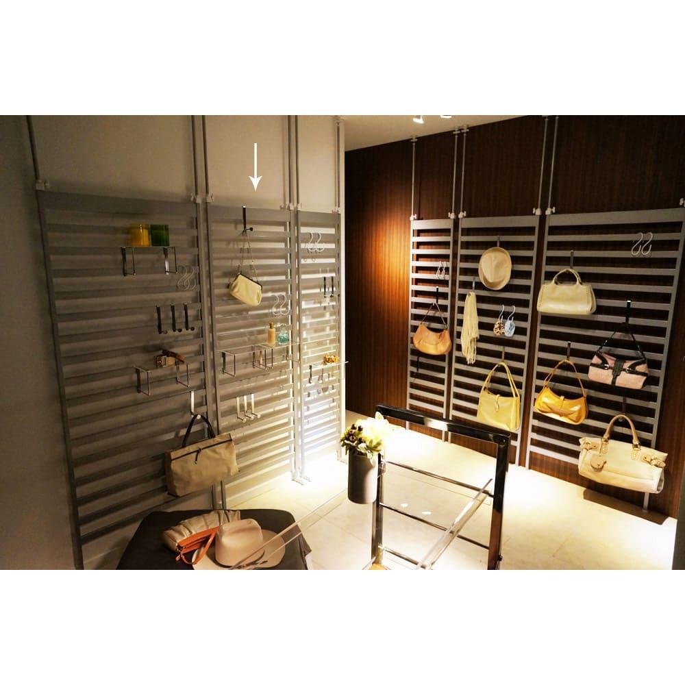 天井突っ張り壁面ディスプレイハンガーラック 幅60cm 棚付き 別アングルのイメージ。 ※写真は左から、幅75棚付き・幅60棚付き・幅40cm棚付きタイプ、幅40・幅60・幅75cmタイプです。