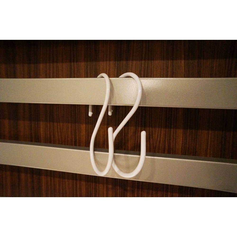 おしゃれに玄関を飾れる天井突っ張り壁面ディスプレイハンガー 幅75cm 収納棚付き