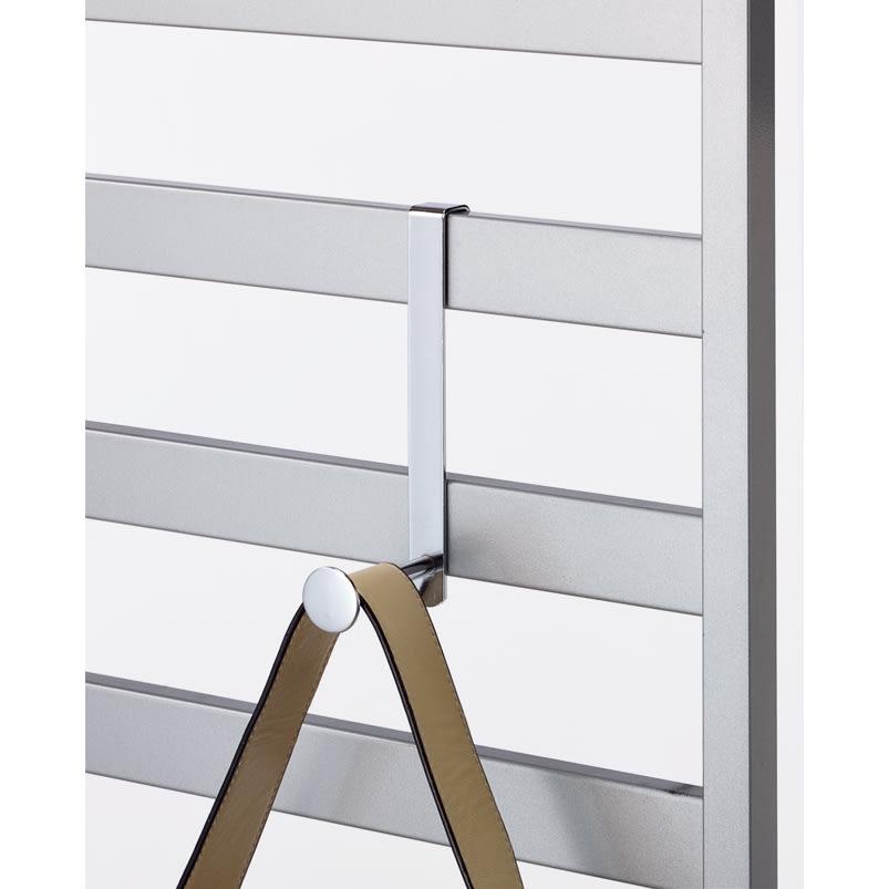 おしゃれに玄関を飾れる天井突っ張り壁面ディスプレイハンガー 幅75cm 収納棚付き L字フックは好きな場所に設置可能。
