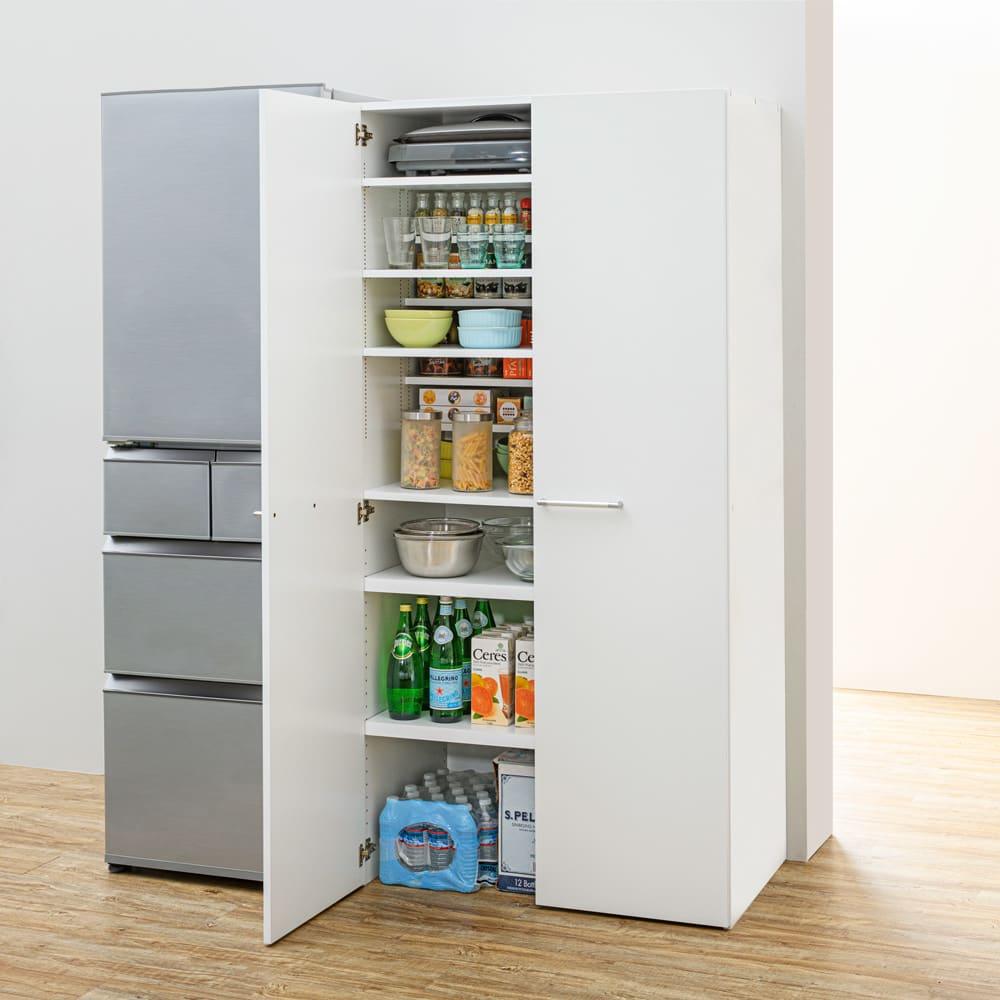 清潔に安心して使える 食器からストックまで入るキッチンパントリー収納庫 幅60奥行40cm コーディネート例 食器から鍋・ストックものまでひとまとめに収納! ※写真は幅90奥行55cmになります。