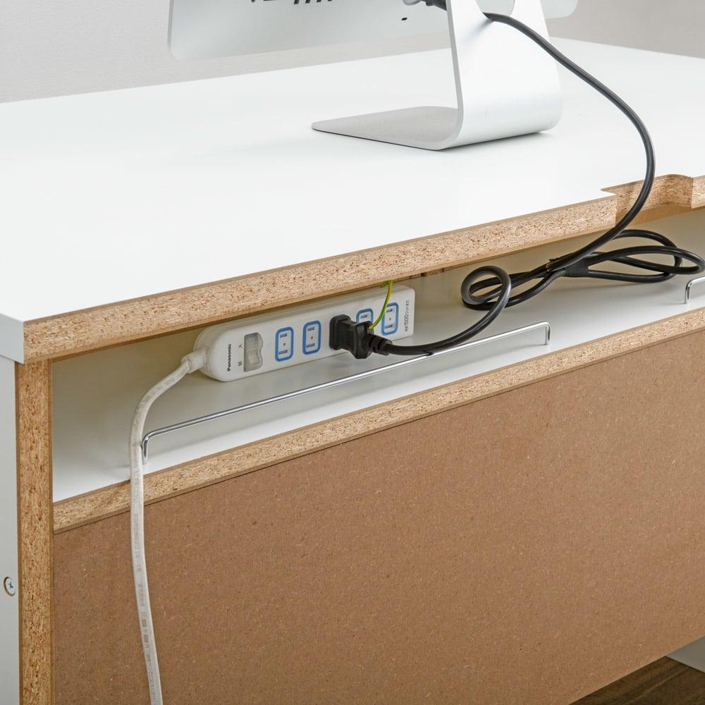 清潔に安心して使える 配線すっきりデスクシリーズ デスク・幅120cm奥行60cm デスク背面には電源タップが収まるスペースがあり、配線をすっきりまとめることができます。このスペースの高さは9.5cm、奥行は20cmです。