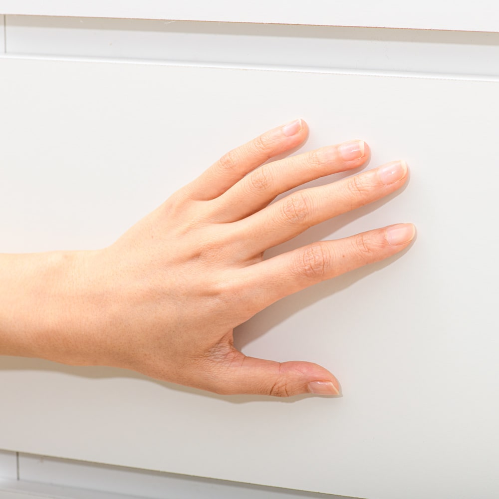 清潔に安心して使える 配線すっきりデスクシリーズ サイドラック・幅30cm奥行60cm高さ180cm 化粧合板表面に、抗菌・抗ウイルス加工を施された表面シートを使用しています。