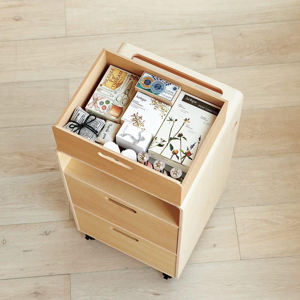 北欧風曲木のナイトテーブル 引き出しタイプ 寝室に散らかりがちな小物を引き出しにまとめてすっきり収納。ティッシュボックスも収まります。