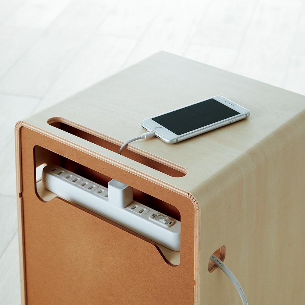 北欧風曲木のナイトテーブル 引き出しタイプ 天板にコードを通せる穴、背面にはコンセントタップを置けるスペースがあり、配線ラクラク。