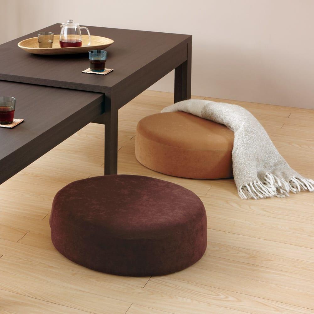 洗濯できるカバーの低反発 ふんわりあぐらフロアクッション (使用イメージ)センターテーブルと合わせれば床生活が快適に。