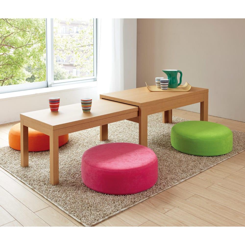 洗濯できるカバーの低反発 ふんわりあぐらフロアクッション ナチュラルのテーブルに、カラフルなクッションで、パッと明るいコーディネート。