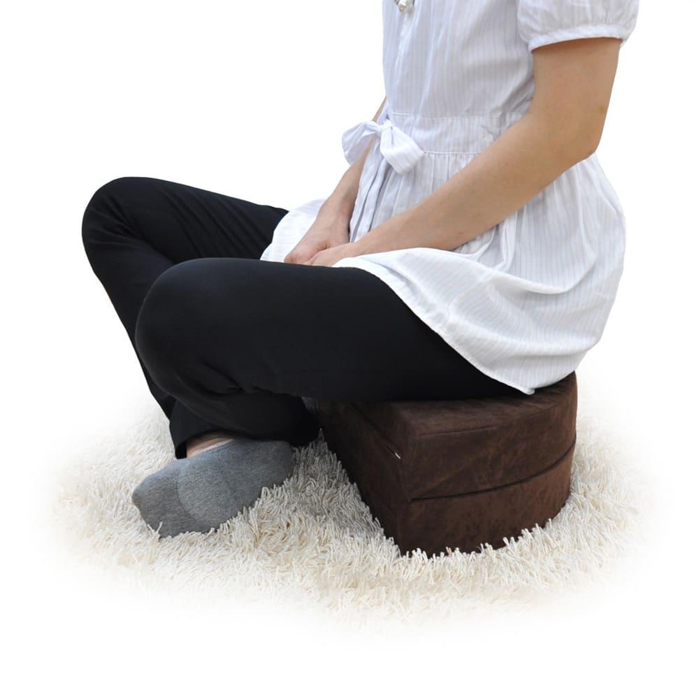 座部高さが変えられる 二つ折りできる丸クッション お得な同色2個組 沈み込みの少ない硬めのチップウレタンを使用しているので「しっかり」とした座り心地です。