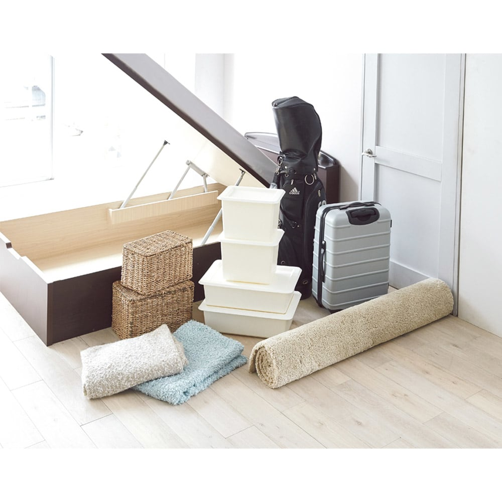 ガス圧跳ね上げベッド(西川ベッドポケットコイルマットレス付き) 棚付き【セミダブル】 ゴルフバッグにスーツケース、ラグなどの長いものもOK。ベッド下に、こんなにたくさん収まる!