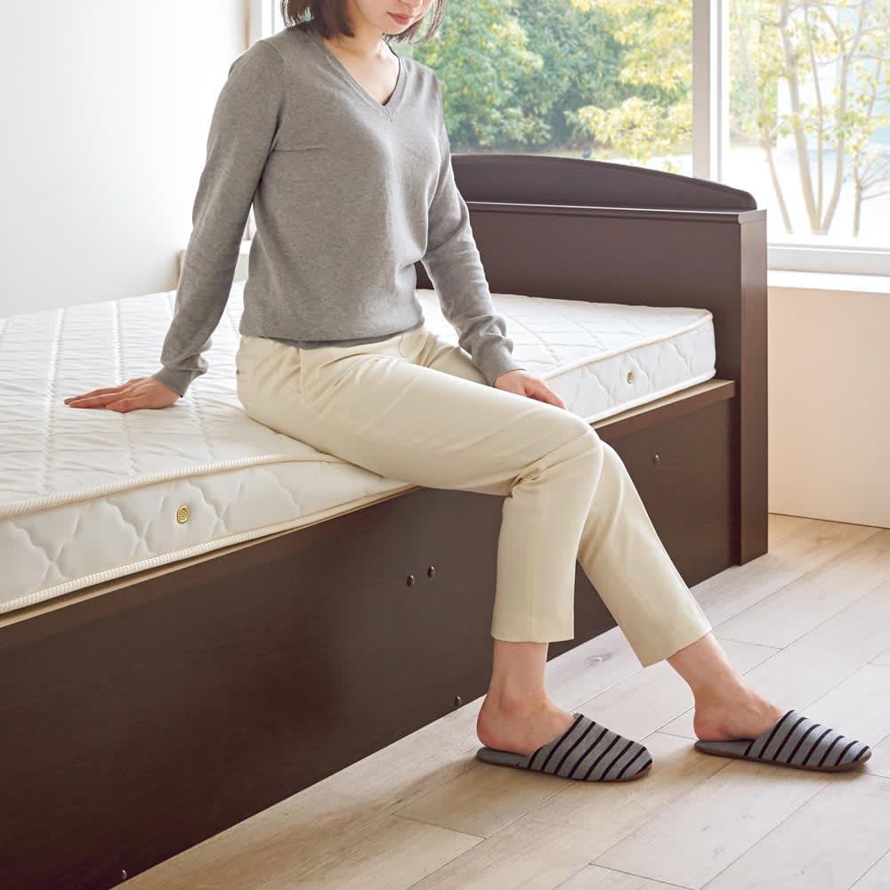 ガス圧跳ね上げベッド(西川ベッドポケットコイルマットレス付き) 棚付き【セミダブル】 薄型マットレスを採用しているので、乗り降りも楽々。