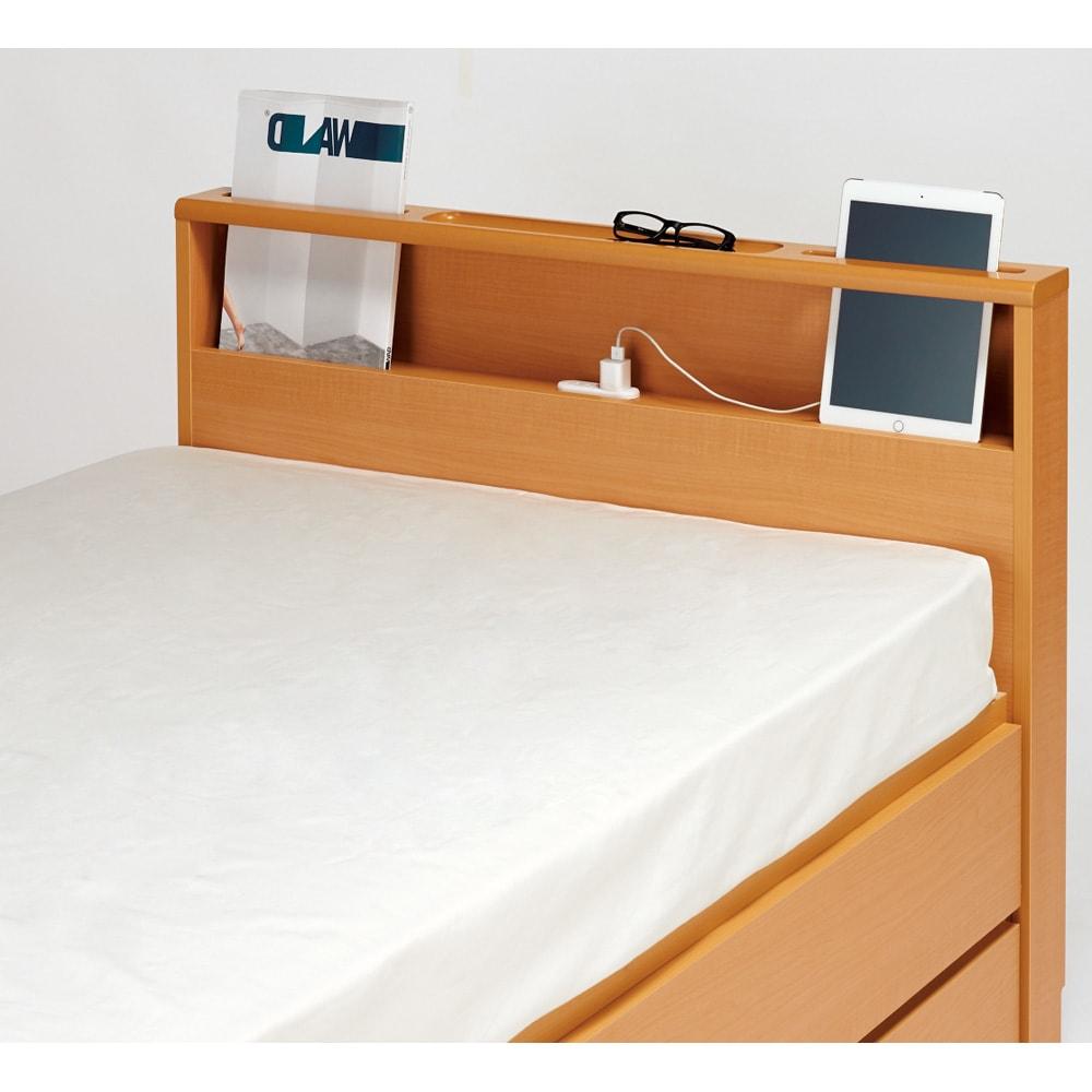 西川マットレス付き棚付省スペースベッド(ショート/レギュラー) 雑誌やタブレットを立てかけ枕元をスマートに演出。充電に便利な2口コンセント付き。