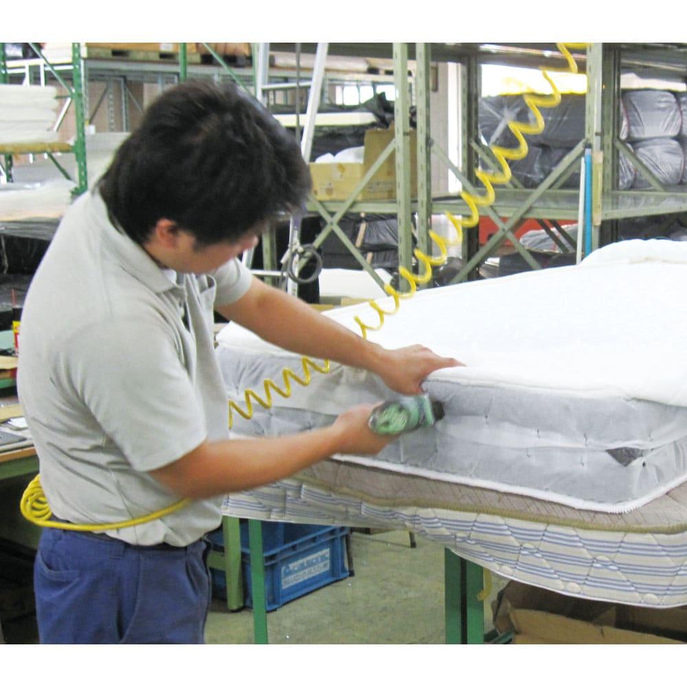 西川マットレス付き棚付省スペースベッド(ショート/レギュラー) (1)中のスプリングコイルと詰め物・生地がずれないよう1つひとつ作業員の手でしっかり固定していきます。