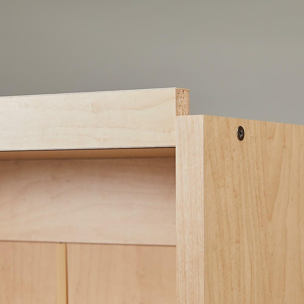 棚板の位置が選べる本棚(幅90cm本体高さ180cm) 上置きを設置した場合に、重ねた連結箇所が正面から見えづらい仕様になっています。