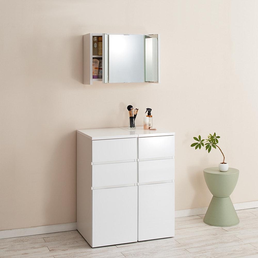 どこでもドレッサースペースにできる 三面鏡付き吊り戸棚 幅59cm 洗面所やお部屋のチェスト上部の空間など、使いやすい場所に設置できます。壁に吊っても圧迫感のない奥行22cm。