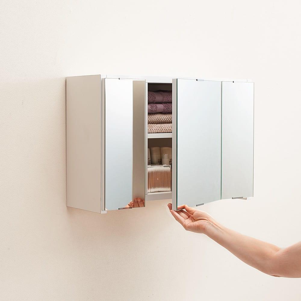 どこでもドレッサースペースにできる 三面鏡付き吊り戸棚 幅89cm 扉下部に手を掛けて開閉できます。
