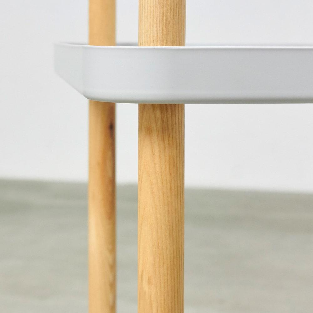 BlockWagon/ブロックワゴン [normann copenhagen・ノーマンコペンハーゲン] 縦に伸びるフレームはアッシュ無垢材を使用。木目が淡い素材なので、マットなプレーととも自然に調和しています。