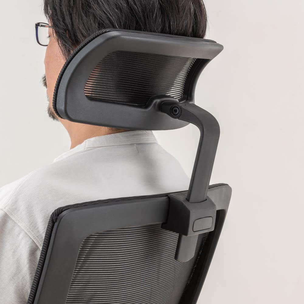 ヘッドレスト&アーム付き フルメッシュワークチェア ブラック。座る人の体にあった高さと角度で頭をしっかり支えてくれます。
