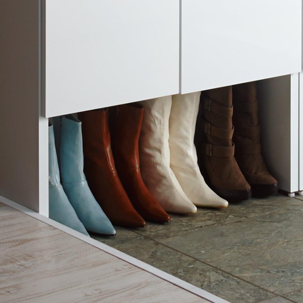 靴が出し入れしやすい下段オープンシューズボックス 扉ハイ・幅75.5cm 下段の棚は取り外すと有効高さ30cm。ブーツや長靴なども収納できます。