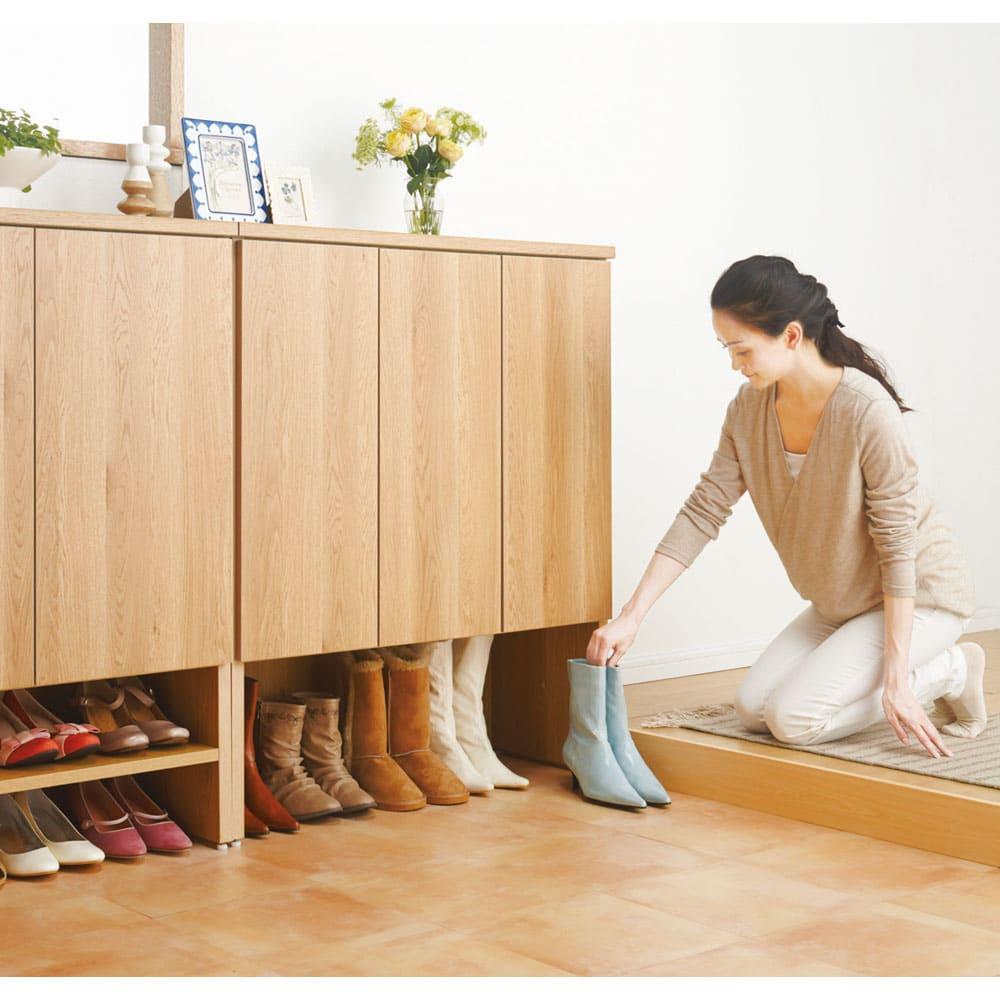 靴が出し入れしやすい下段オープンシューズボックス 扉ハイ・幅75.5cm 棚板を取り外せばブーツや長靴、おもちゃなども収納できます。