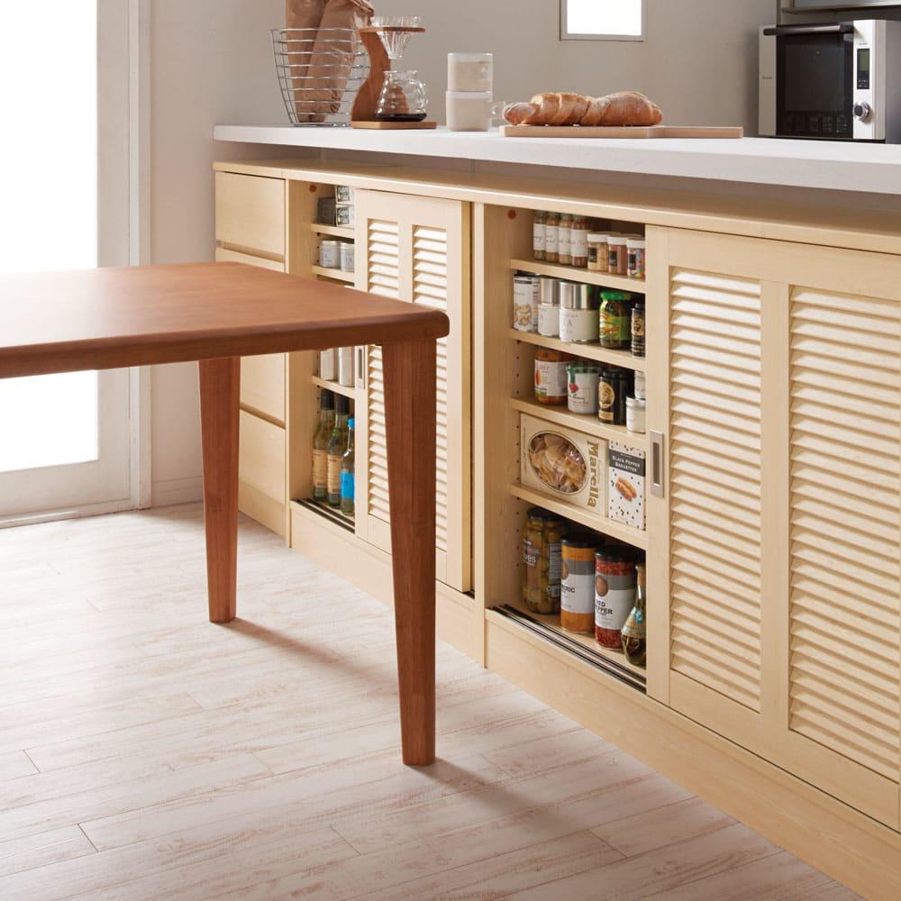 ルーバーカウンター下引き戸収納庫 引き戸・幅150cm 場所をとらずに開閉できる引き戸式なので、近くにテーブルや家具が置けます。