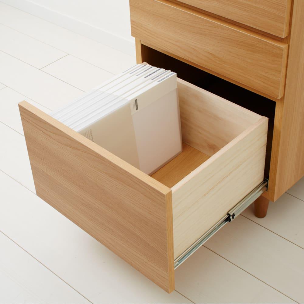 ナチュラルモダンPCデスク 幅90cm 最下段の引き出しはA4サイズの書類やファイルを立てて収納できる高さです。