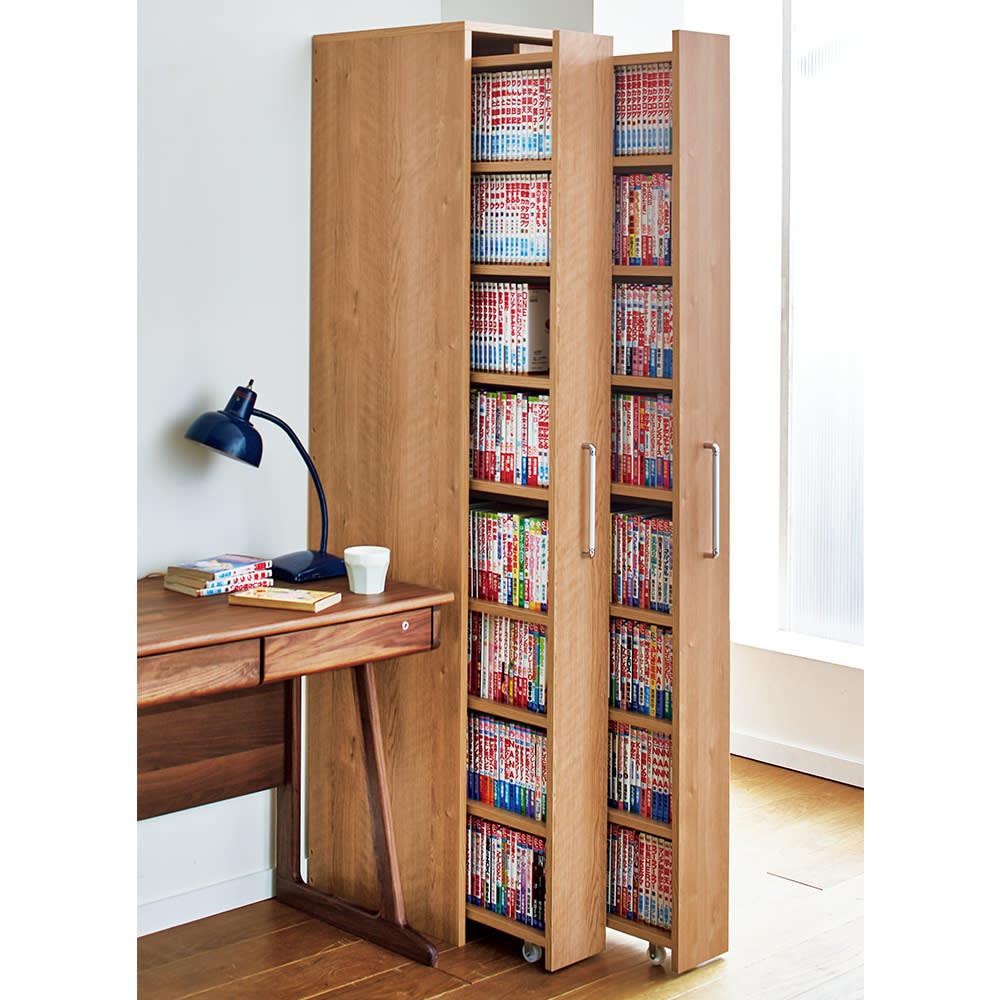 天然木調スライド式すき間収納本棚 コミック・文庫本タイプ 使用イメージ ※お届けはワゴン1列のみです。※写真はボックス2列+コミック・文庫本タイプ×2を使用しています。